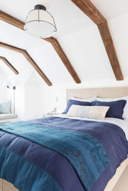 Attic bedroom with details of wood roofing