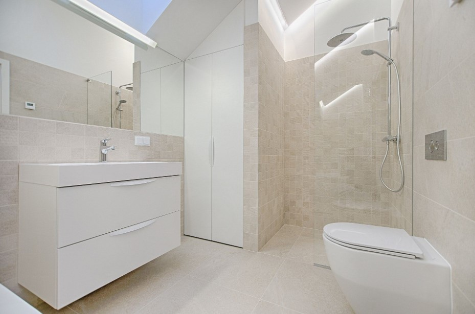 White doorless shower with complete set
